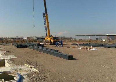 Montage-constructiebouw-te-Ulft-2010-2011-Het-uitzetten-en-plaatsen-van-het-gehele-metalen-frame-van-de-nieuwbouw-bedrijfshal-met-verschillende-hoogte-niveaus-01