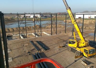 Montage-constructiebouw-te-Ulft-2010-2011-Het-uitzetten-en-plaatsen-van-het-gehele-metalen-frame-van-de-nieuwbouw-bedrijfshal-met-verschillende-hoogte-niveaus-02