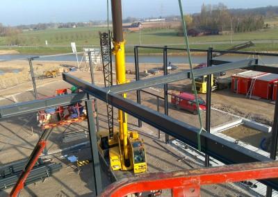 Montage-constructiebouw-te-Ulft-2010-2011-Het-uitzetten-en-plaatsen-van-het-gehele-metalen-frame-van-de-nieuwbouw-bedrijfshal-met-verschillende-hoogte-niveaus-03