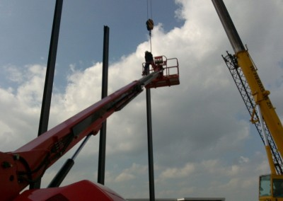 Montage-constructiebouw-te-Ulft-2010-2011-Het-uitzetten-en-plaatsen-van-het-gehele-metalen-frame-van-de-nieuwbouw-bedrijfshal-met-verschillende-hoogte-niveaus-05