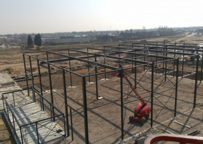 Montage-constructiebouw-te-Ulft-2010-2011-Het-uitzetten-en-plaatsen-van-het-gehele-metalen-frame-van-de-nieuwbouw-bedrijfshal-met-verschillende-hoogte-niveaus-08