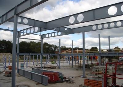 Montage-constructiebouw-te-Ulft-2010-2011-Het-uitzetten-en-plaatsen-van-het-gehele-metalen-frame-van-de-nieuwbouw-bedrijfshal-met-verschillende-hoogte-niveaus-10