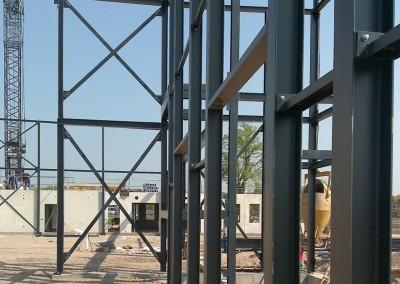 Montage-constructiebouw-te-Ulft-2010-2011-Het-uitzetten-en-plaatsen-van-het-gehele-metalen-frame-van-de-nieuwbouw-bedrijfshal-met-verschillende-hoogte-niveaus-11