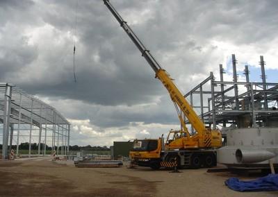 Montage-constructiebouw-te-Ulft-2010-2011-Het-uitzetten-en-plaatsen-van-het-gehele-metalen-frame-van-de-nieuwbouw-bedrijfshal-met-verschillende-hoogte-niveaus-12
