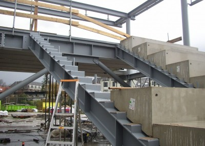 Montage-constructiebouw-te-Ulft-2010-2011-Het-uitzetten-en-plaatsen-van-het-gehele-metalen-frame-van-de-nieuwbouw-bedrijfshal-met-verschillende-hoogte-niveaus-14